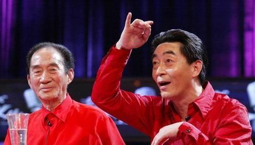 Lục Tiểu Linh Đồng (phải) và cha mình trên sân khấu