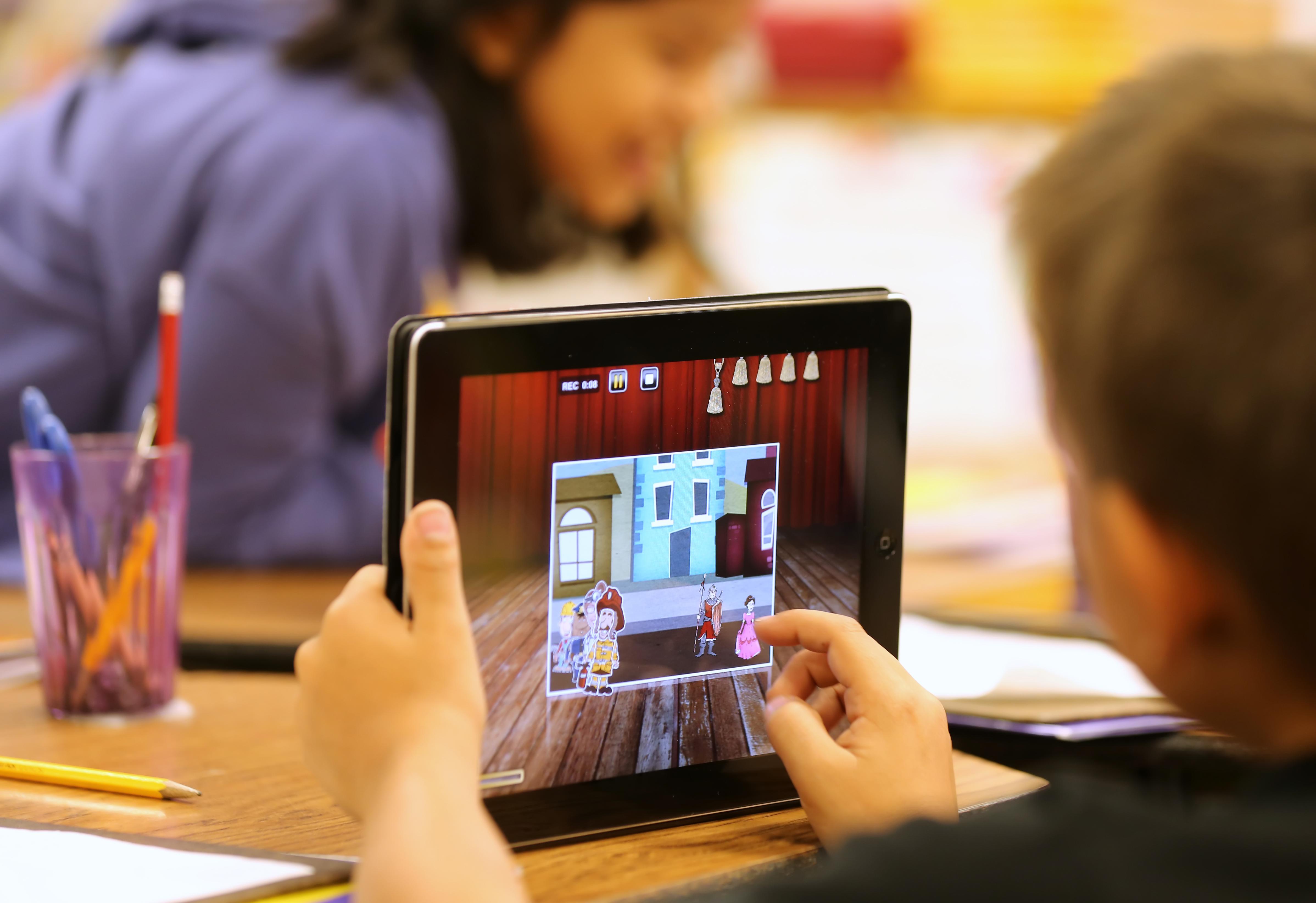 Thầy cô giáo không thể quản lý được việc trẻ em học hay chơi game trên máy tính bảng