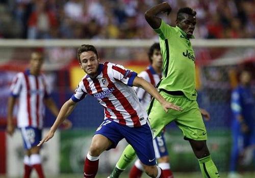 Paul Pogba (Juventus, phải) tranh chấp với Saul Niguez