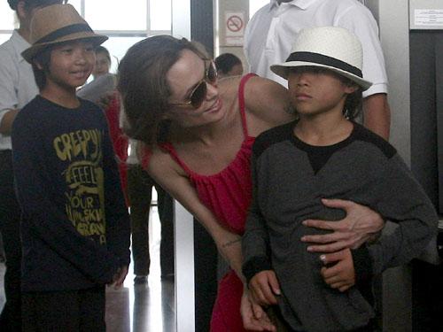 Cậu bé Pax Thiên (Việt Nam) đã được cặp đôi nổi tiếng Hollywood là Angelina Jolie và Brad Pitt nhận làm con nuôi năm 2007. Ảnh: Pax Thiên về Việt Nam năm 2011