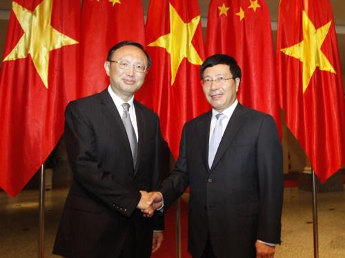Phó Thủ tướng, Bộ trưởng Ngoại giao Phạm Bình Minh (phải) chào đón Uỷ viên Quốc vụ Trung Quốc Dương Khiết Trì (trái)