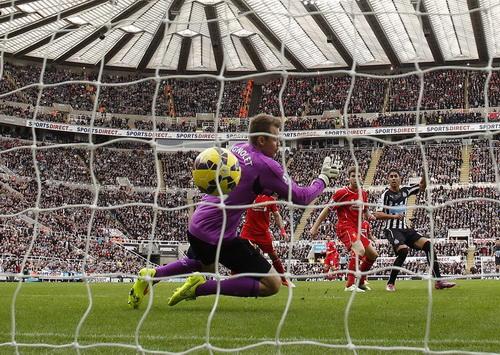 Ayore Perez ghi bàn duy nhất cho Newcastle