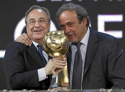 Chủ tịch UEFA Michel Platini (phải) trao giải thưởng cho bầu Florentino Perez