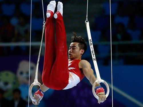 Phạm Phước Hưng trong phần thi vòng treo ở nội dung đồng đội nam  thể dục dụng cụ  Ảnh: REUTERS