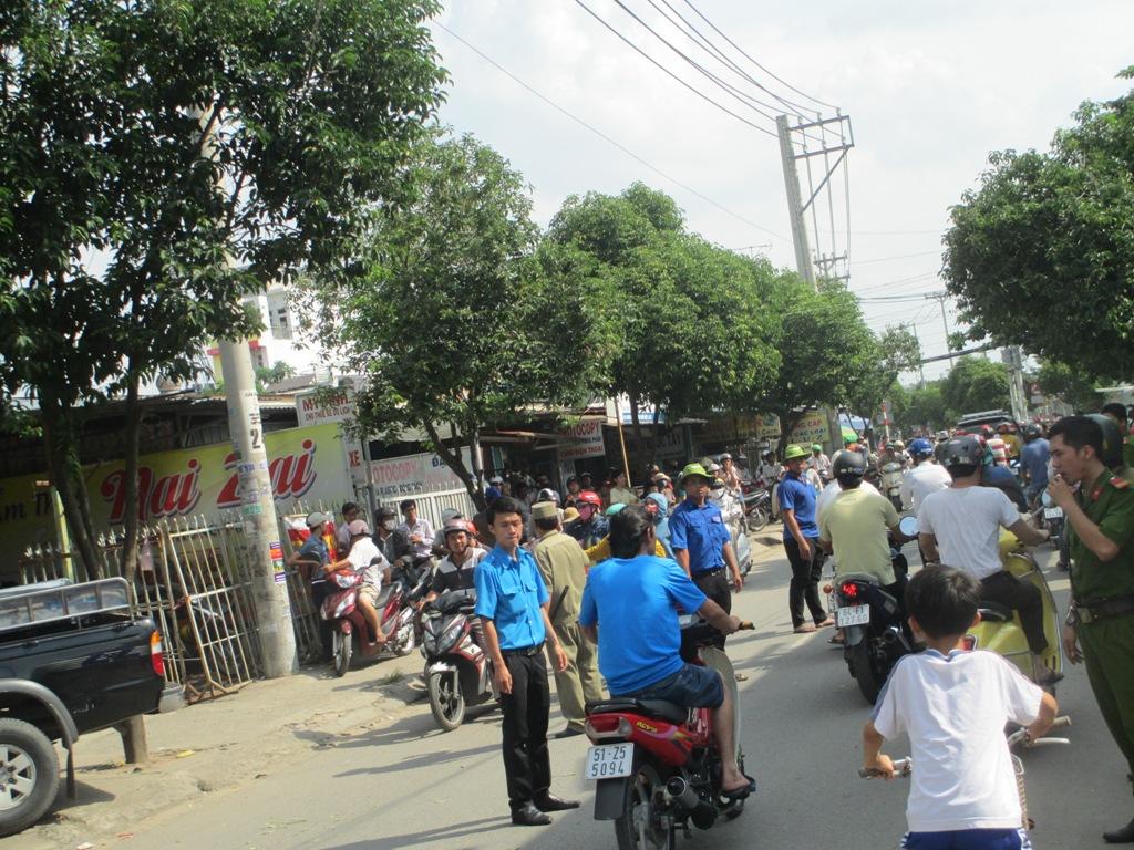 Đoàn viên thanh niên cùng công an phân luồng giao thông qua khu vực để thuận tiện cho việc giải cứu con tin