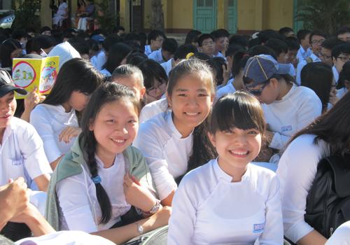 Nữ sinh trường THPT Phan Châu Trinh duyên dáng trong ngày khai giảng