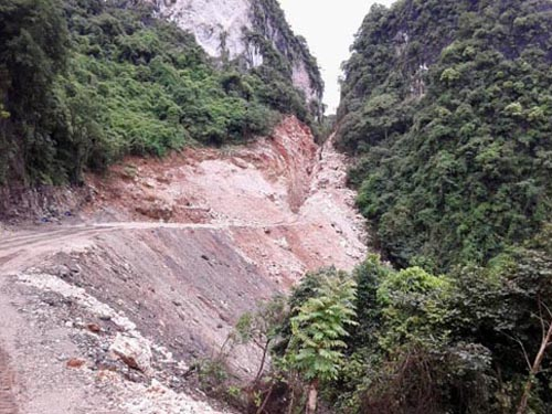 Con đường chạy dưới chân núi vùng đệm di sản thiên nhiên thế giới Vịnh Hạ Long. Ảnh: TTO