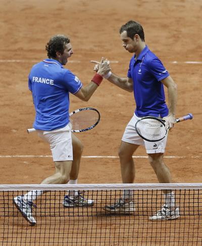Khoảnh khắc vui mừng hiếm hoi của hai tay vợt chủ nhà Pháp