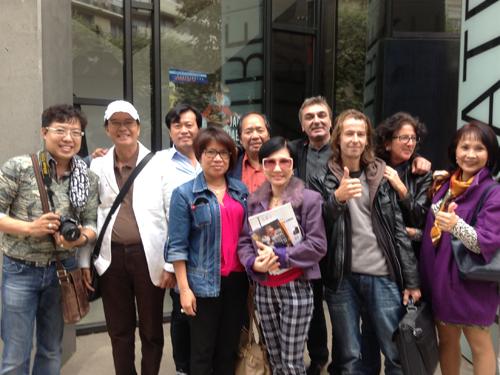 NSƯT Thanh Điền, Thanh Kim Huệ và các nghệ sĩ, đạo diễn tại Nhà hát Charenton ngoại ô Paris.