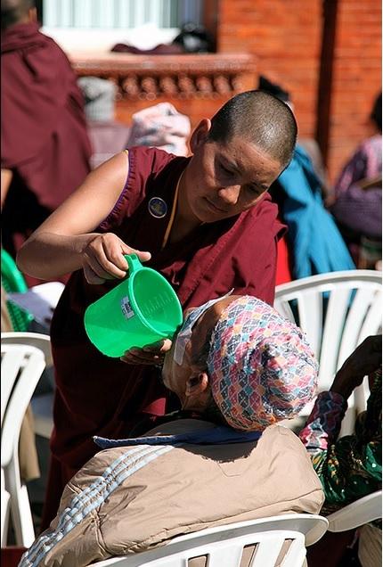 Ni sư Drukpa chăm sóc người bệnh nghèo