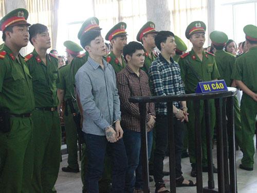Các bị cáo Anh, Tốt, Long (từ trái qua) nghe tòa tuyên án