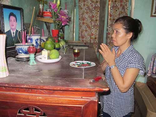 Bà Hoàng Thị Vui thắp hương báo cho chồng việc đã được minh oan
