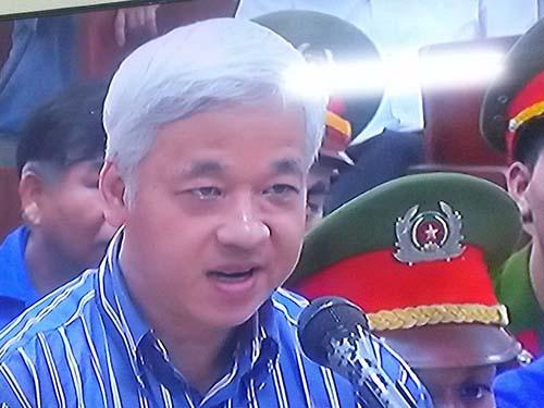 Bị cáo Nguyễn Đức Kiên trả lời thẩm vấn trước tòa ngày 26-5. (Ảnh chụp qua màn hình)
