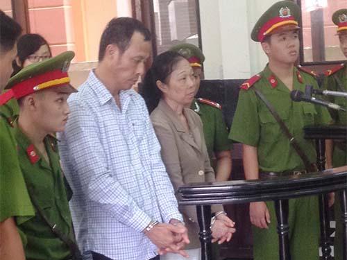 Hai bị cáo Phạm Hữu Tiến và Phạm Thị Ngọc Ánh tại phiên tòa