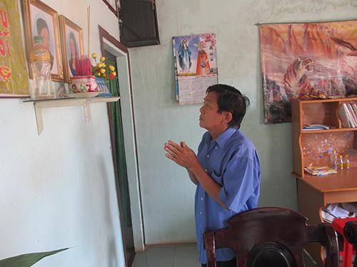 Ông Bắc bên bàn thờ chị Nguyễn Thị Minh Lụa