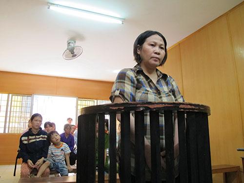 Bị cáo Nguyễn Thị Ngọc Hương tại phiên tòa sơ thẩm sáng 18-8, phía sau là nạn nhân và mẹ