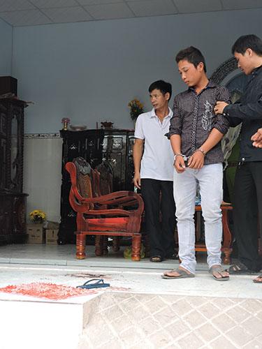 Huỳnh Trung Thoại (giữa) được đưa ra thực nghiệm hiện trường
