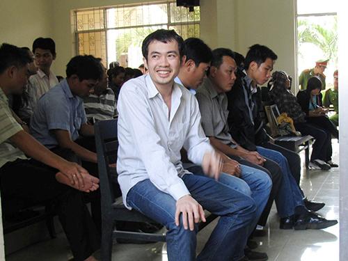 Năm bị cáo nguyên là sĩ quan công an ở Phú Yên hầu tòa (hàng đầu, Nguyễn Thân Thảo Thành ngồi bìa trái)