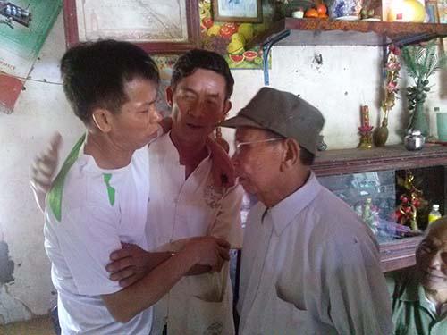 Ông Nguyễn Thanh Chấn (bìa trái) cùng bạn bè, người thân sau khi được minh oan