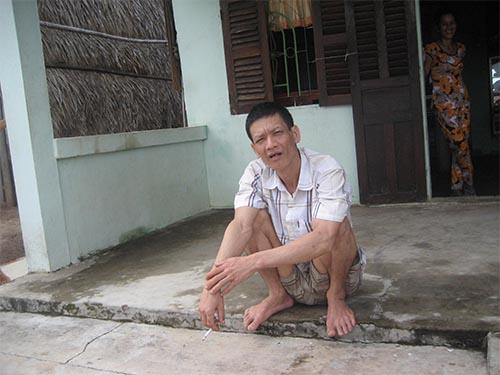 Trong lúc mọi người đến thăm, ông Phạm Văn Lến ra trước nhà ngồi thừ và nói cười như đứa trẻ