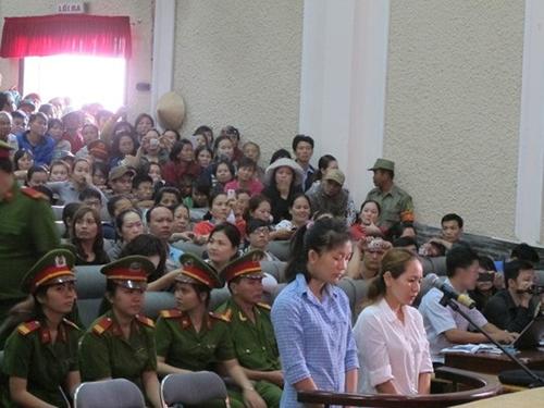 Từ trái qua: Bị cáo Nguyễn Lê Thiên Lý và Lê Thị Đông Phương