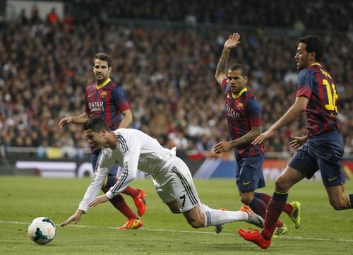 Không thấy Ronaldo phiền lòng với trọng tài ở pha bóng đem về quả phạt đền phút 55 này