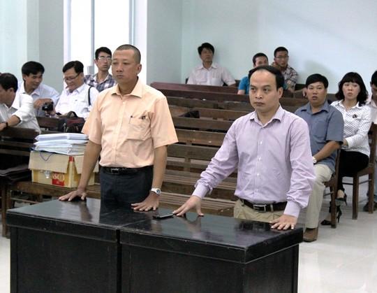 Đại diện Công ty Rồng Việt (trái) và đại diện Cục Nghệ thuật biểu diễn tại phiên tòa ngày 18-3. Ảnh: K.Nam
