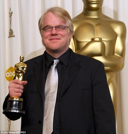 Philip Seymour Hoffman với tượng vàng Oscar năm 2006