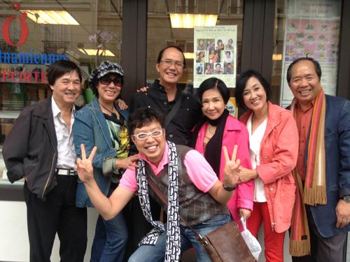 NSƯT Thanh Điền, Thanh Kim Huệ và vợ chồng Hà Mỹ Liên, Hà Mỹ Xuân, nhà báo Thanh Hiệp trước một quán ăn của người Việt ở quận 15.