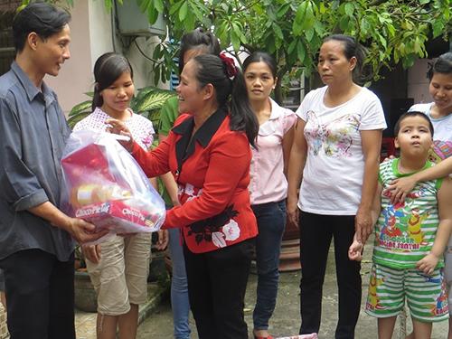Bà Lê Thị Thanh Hoa trao quà Tết cho công nhân ở trọ