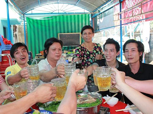 Công nhân ở trọ dự tiệc tất niên do chủ nhà Lê Thị Thu Tuyết (người đứng) thết đãi