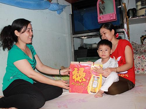 Chủ nhà trọ Lê Thị Mỹ Liên thăm hỏi công nhân ở lại TP HCM đón Tết