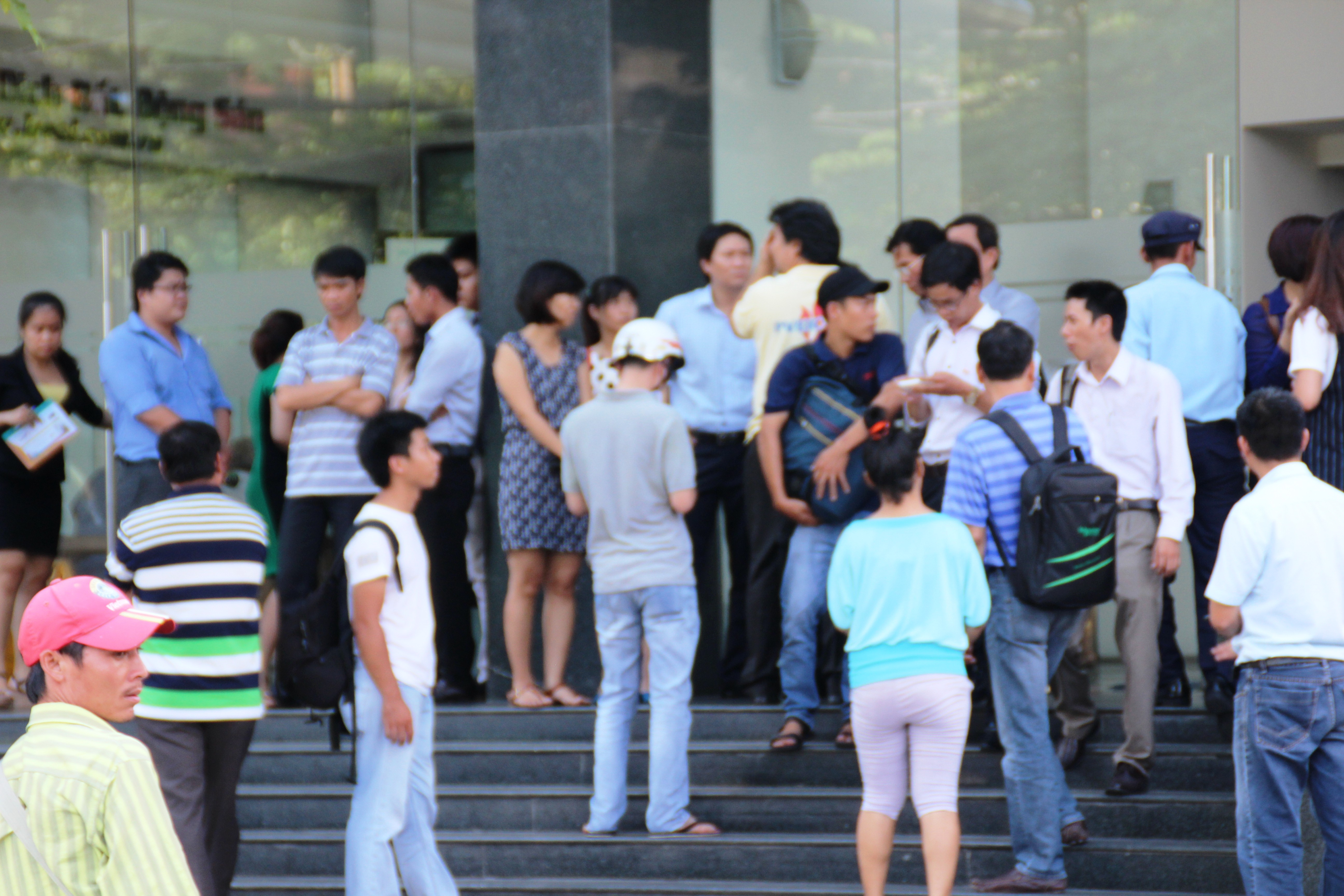 Rất đông người hiếu kỳ đứng xem vụ việc và phóng viên tác nghiệp tại hiện trường.