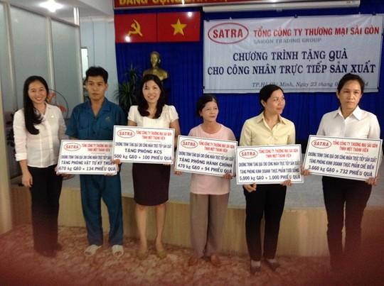 Bà Lê Minh Trang (bìa trái) - Tổng Giám đốc SATRA trong chương trình Tặng quà cho công nhân trực tiếp sản xuất tại VISSAN