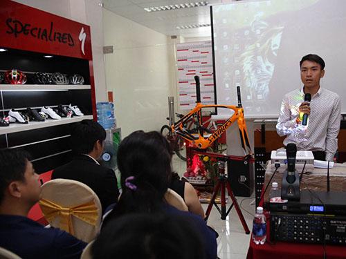 Mai Nguyễn Hưng đang giới thiệu chiếc sườn xe anh sẽ nhận