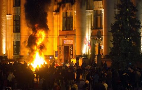 Những nhà hoạt động ly khai chiếm tòa thị chính thành phố Kharkov. Ảnh: EPA