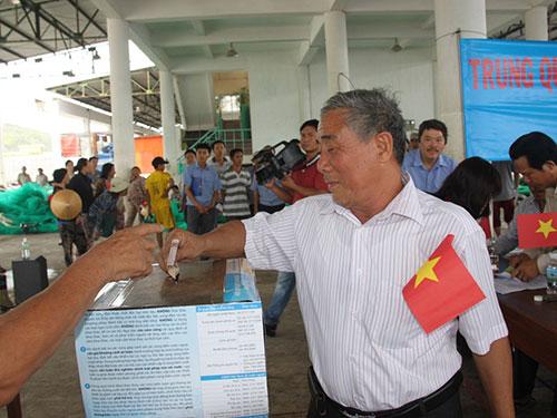Ngư dân tỉnh Khánh Hòa đóng góp tại lễ phát động chung tay góp sức bảo vệ biển Đông Ảnh: Kỳ Nam