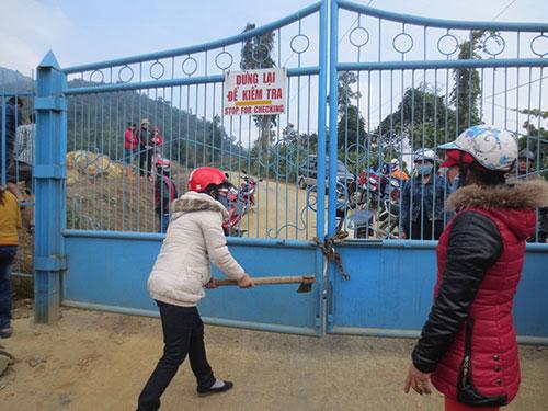 Công ty TNHH Vàng Phước Sơn bị người dân bao vây đòi nợ trong tháng 12-2013. Ảnh: PHẠM TRỌNG