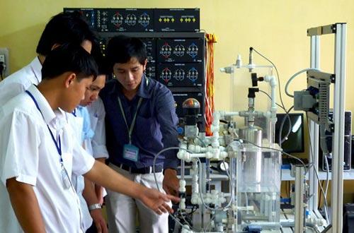 Sinh viên Khoa Điện tử Công nghiệp Trường CĐ Nghề TP HCM luôn nhận được sự hướng dẫn tận tâm từ đội ngũ giảng viên