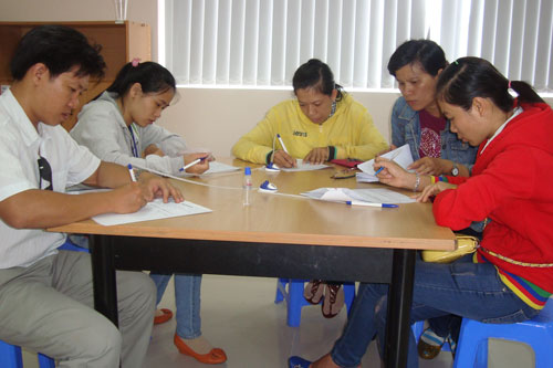 Người lao động đăng ký tìm việc tại Phòng DVVL Báo Người Lao Động Ảnh: Mai Chi