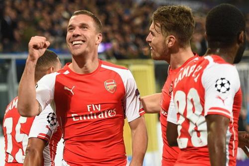 Lukas Podolski (trái) vui mừng sau khi ghi bàn quyết định, giúp Arsenal giảnh chiến thắng