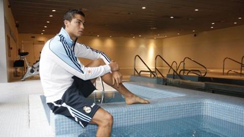 Ronaldo bên bể tắm bơi