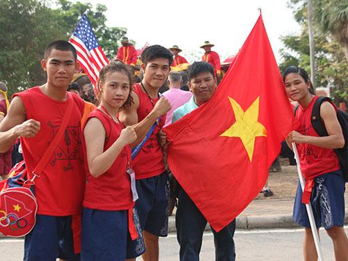 """Võ sĩ Thanh Trúc (bìa phải) mất cơ hội đọat HCV vì phe """"áo đỏ"""""""