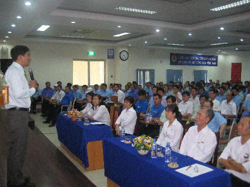 Ông Nguyễn Văn Quang, Phó Giám đốc Trung tâm Công tác xã hội Công đoàn, phổ biến kiến thức HIV/AIDS cho công nhân
