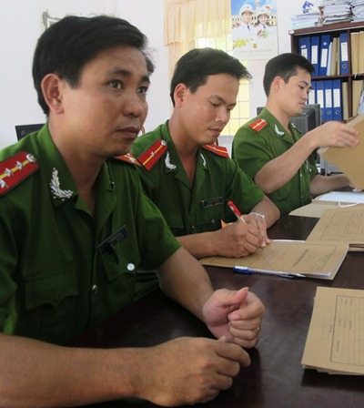 Quản giáo Trại giam K1- Cái Tàu xem xét hồ sơ phạm nhân