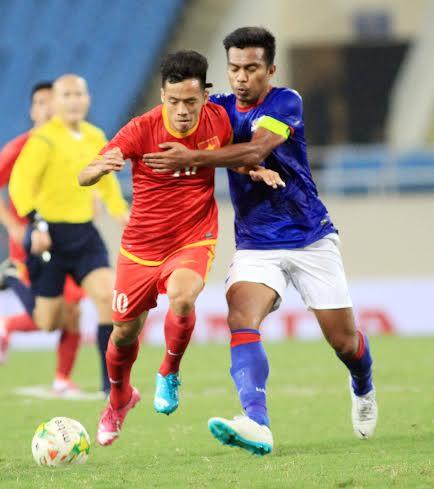 Văn Quyết tự tin đi bóng trước các cầu thủ Malaysia