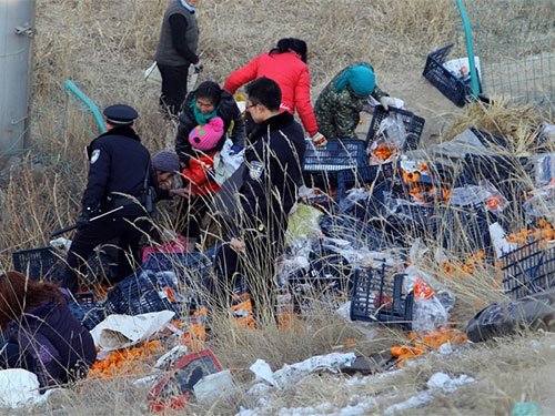 """Trung Quốc: Cảnh sát dùng súng giải tán đám đông """"hôi"""" quýt"""