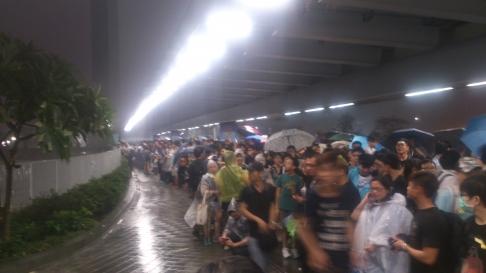 Người biểu tình nấp dưới mái hiên tòa nhà