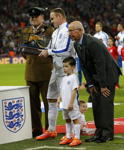 Rooney nhận chiếc mũ kỷ niệm 100 lần khoác áo Tam Sư ở trận gặp Slovenia tháng 11-2014