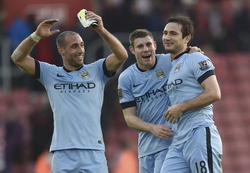 Lampard và đồng đội vui mừng sau bàn thắng